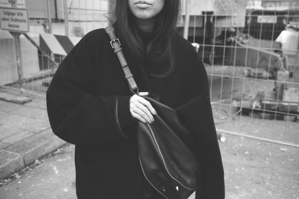 IHEARTALICE.DE – Fashion & Travel Blog: All Black Everything Look wearing Acne Studios Coat, Skinny Jeans, &OtherStories Leatherbag