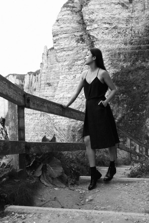 IHEARTALICE.DE – Fashion & Travel Blog: All Black Everything Look wearing assymetrical Skirt, Chelsea Boots, Top / OOTD