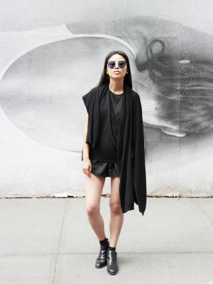 IHEARTALICE.DE – IHEARTALICE.DE – Fashion & Travel Blog: All Black Everything Look wearing Helmut Lang Top, Chelsea BootsFashion & Travel Blog: All Black Everything Look wearing