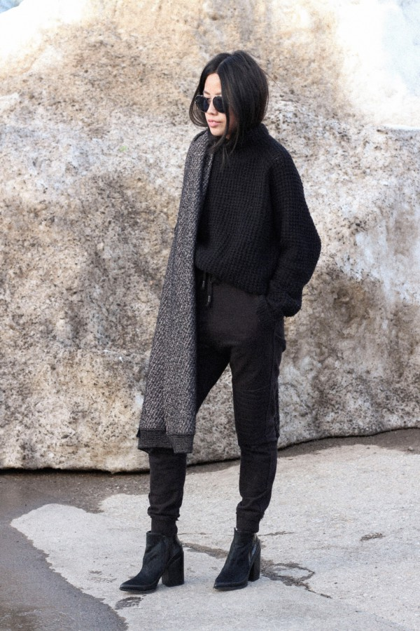 IHEARTALICE.DE – Fashion & Travel-Blog by Alice M. Huynh from Berlin/Germany: Tokyo, Japan Travel Diary – All Black Everything Look in Tokyo wearing Won Hundred Knit Jumper, Joggingpants, Alexander Wang Scarf / Tokyo Streetstyle