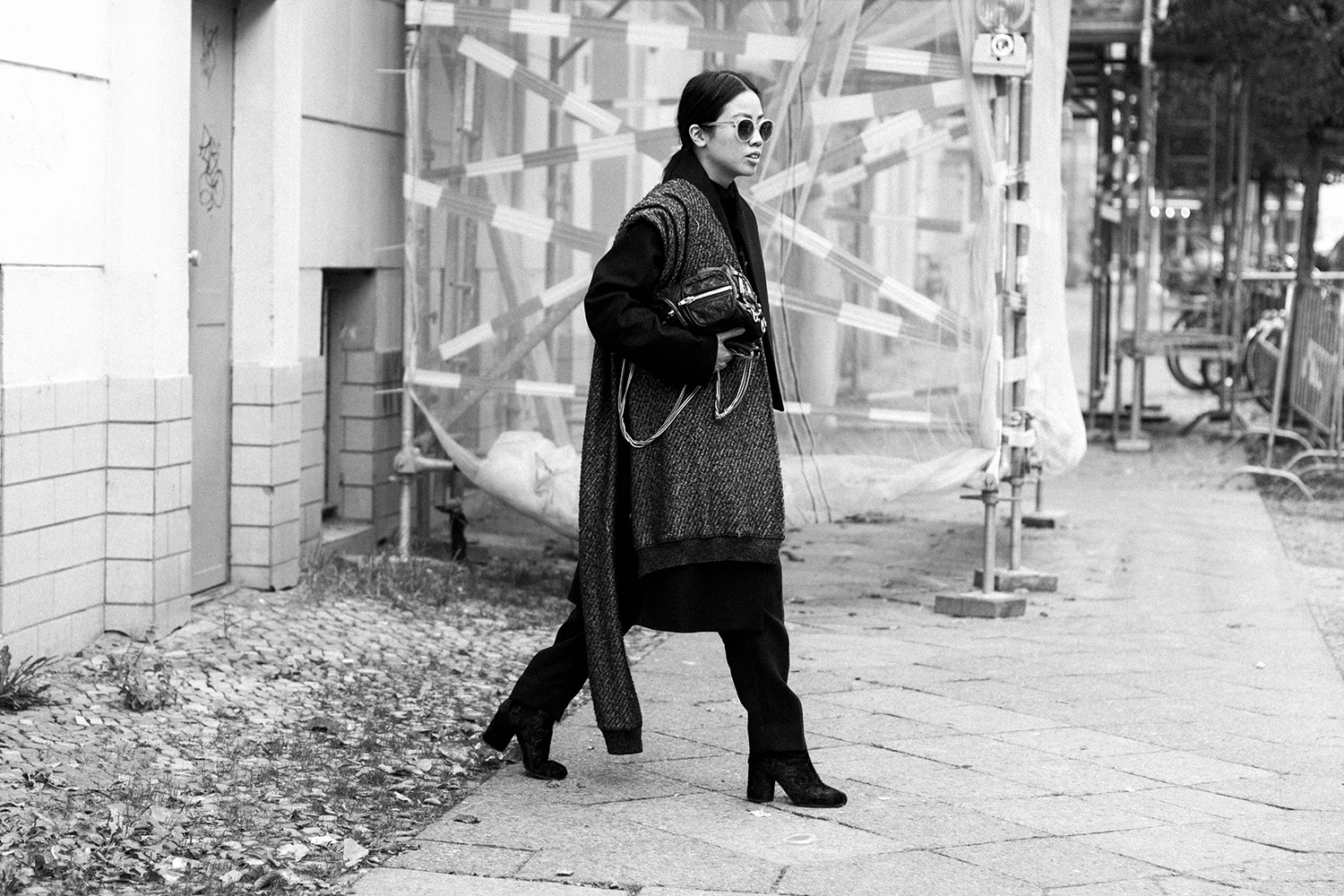 IHEARTALICE.DE - Travel, Food, Lifestyle and Fashion-Blog from Berlin/Germany by Alice M. Huynh: All Black OOTD wearing Maison Martin Margiela Wool Coat, Weekday Turtleneck Dress, COS Silk Pants, Alexander Wang Knit Scarf, Alexander Wang Brenda Leather Bag, Maison Martin Margiela Arabesque Velvet Tabi Boots, Malaika Raiss x VIU Shades in rosé / Androgynous Chic