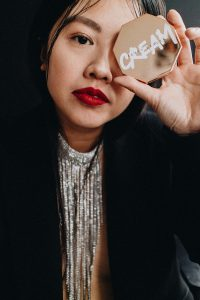 Festive Holiday Look w/ FENTY Beauty / Mini Stunna Lip Paint 'UNMATCHED', FULL FRONTAL Mascara & FENTY Beauty Brow MVP Pencil Styler / Christmas & NYE Look by Alice M. Huynh – Fashion, Lifestyle & Travelblog from Berlin, Germany