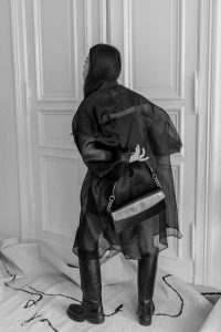 Maison Margiela Oversized Silk-Organza Shirt & ARKET Elongated Shoudler Bag, Chunky Leather Boots – Minimalist All-Black Look by Alice M. Huynh / iHeartAlice.com – Travel, Lifestyle & Fashionblog based in Berlin, Germany