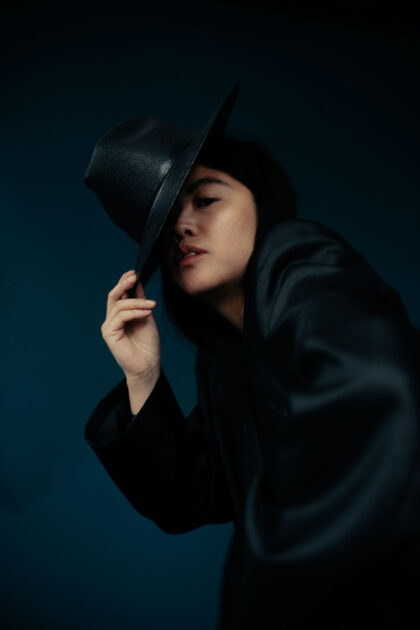 Androgynous in a Vintage Blazer / All Black Everything Minimalist Look by Alice M. Huynh – Travel, Lifestyle & Fashionblog based in Berlin, Germany